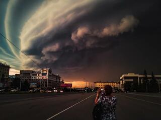 В Барнауле ураган срывал крыши, валил деревья и башенные краны